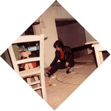 Marie Kawazu sitzt auf dem Boden der Usine.